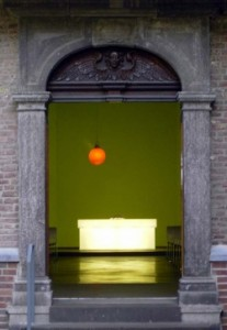 Berger Kirche mit Lichtkugel und Altar von Tobias Rehberger