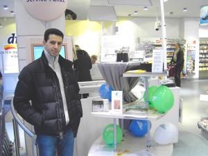 Präsentation im dm-Markt Carlsplatz mit Mounir Laouli, Praktikant im PSZ